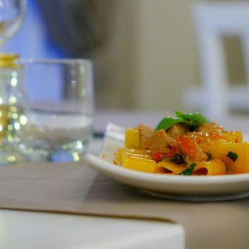Calamarata con ventresca di tonno e la sua bottarga, pomodorini, capperi e olive di Taggia