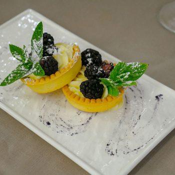Tartellata di pasta frolla con crema al limone e more